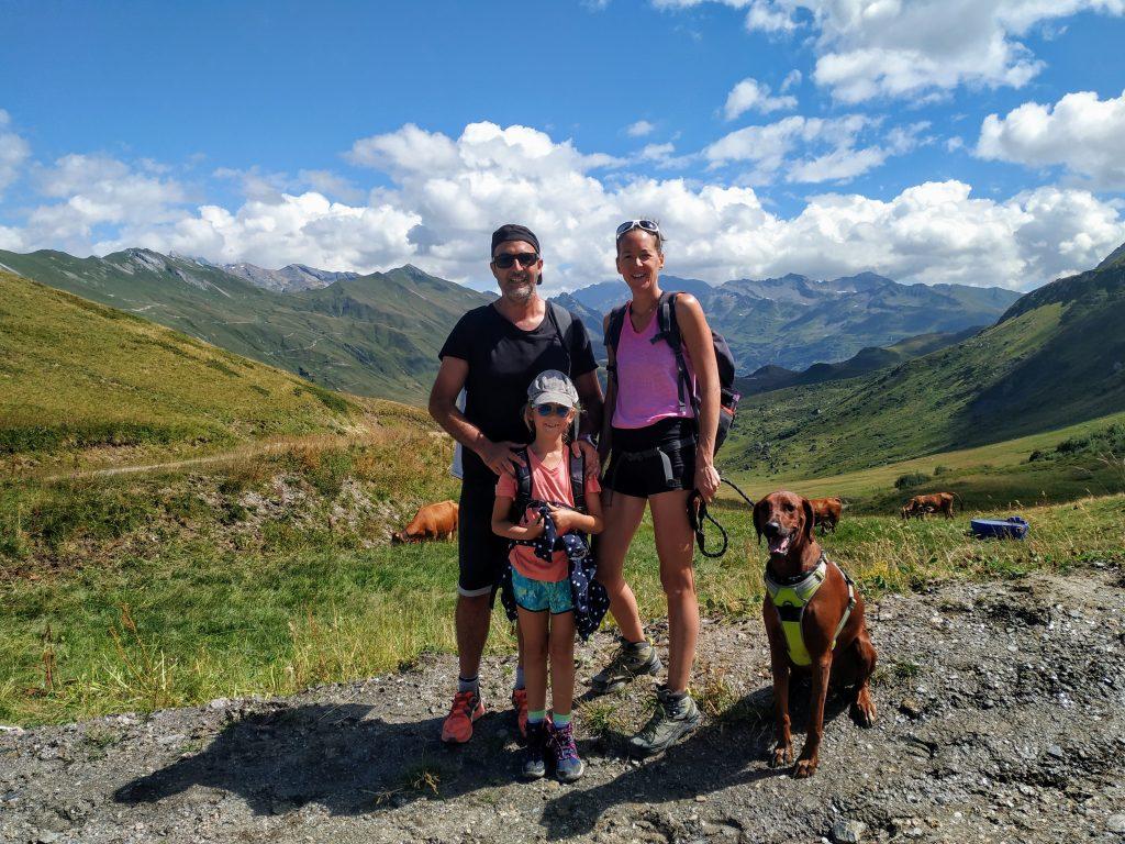 Famille et chien en randonnée